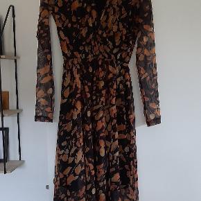 Brugt 3 gange, god som ny,købt til barnedåb, super fin kjole, passer xs-s;)