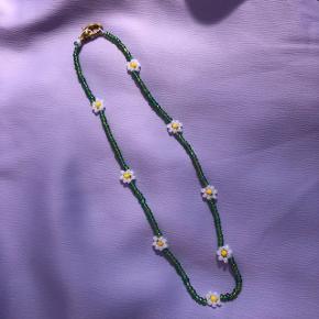 Perle choker halskæde Grønne perler med hvide blomster Mål: 35,4 cm 💮 Prisen er fast og inkl Porto m postnord