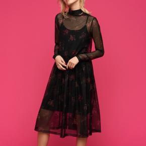 Smuk blomstret kjole med tilhørende underkjole.  OBS jeg giver mængderabat! 😊🌸