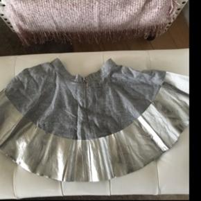 Molo nederdel - ikke brugt, der er stadig prismærke på. Der er nogle små skønshedsfejl på sølv-delen   Str. Hedder 110-116.   Førpris 499kr   Nypris 125kr