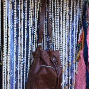 Lækreste slidstærke tidløse læder-pose-taske fra Adax,  flot mørkebrun farve, lang rem, brugt men stadig god, fremstår med lidt flot patina, få brugsspor, der er et par små pletter bagpå se foto 3 nederst venstre side på taske, mange fine lommer, lang rem, tidløs lækker posetaske. mp 250 pp. Giver god mængderabat.