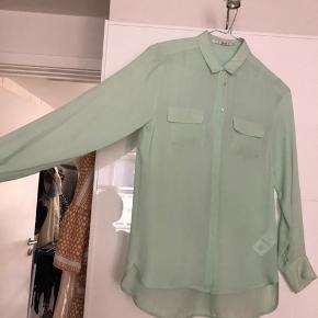 Flot skjorte fra Part two i 100% silke med 2 brystlommer. Der er desværre kommet et lille hul bagpå derfor er prisen sat efter dette   Mp 125 ekskl Porto