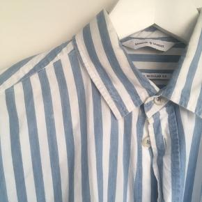 Fin skjorte fra Samsøe & Samsøe med blå striber.
