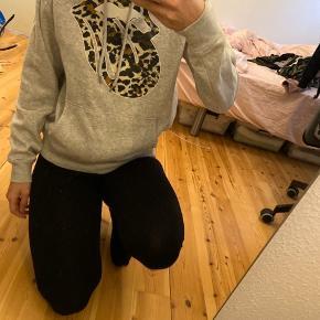 Grå hoodie med et fedt print