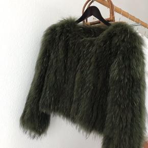 Mosgrøn vaskebjørnspels fra Saks Potts i perfekt stand.