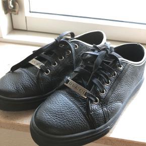 Sælger mine Gucci low sneakers i sort. Brugt et par gange men de er for små til mig. Størrelse 35,5 italiensk, svarende til 36,5-37,5 i normal størrelse.