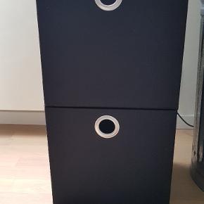 2 Sorte opbevaringskasser. Passer til kubus reoler. Mål: 32 x 30 x 28 Samlet pris