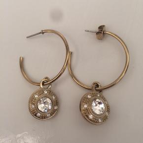 Øreringe i god stand, der mangler dog en lås. Kun brugt 1 - 2 gange.