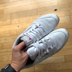 Sneakers fra Reebok i str 39. De er ikke brugt særlig meget, men de er jo hvide, så man kan godt se, at de har været i brug.