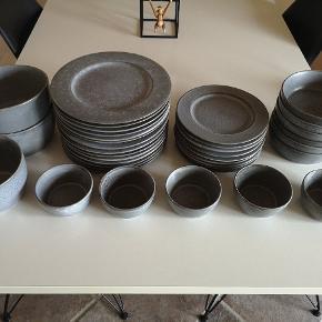 Bitz stel - fremstår som nyt. 14 middagstallerkener 27 cm 10 frokosttallerkener 22 cm 6 dybe tallerkener 5 små skåle 1 mellem skål 2 store skåle Nypris 3.500 kr Kun afhentning - sendes ikke