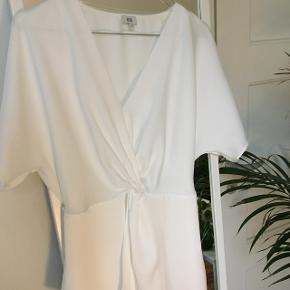 Jeg sælger denne bluse fra River Island, den har to snore der bindes bag på og danner derfor en lidt figur. Den er aldrig gået med Kom gerne med bud 💗