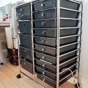 Rullevogn / frisørvogn  Har brugt den til opbevaring af håndarbejdssager. I chrom / metal og skuffer i grå stærk plast.  Skufferne kan tages helt ud. Sælges afhentet Aalb.C