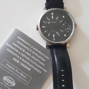 Flotte store ur Ø 5cm 1cm tykkelse med læderrem, lige som nye. 2 nye batteri er indsat for et par dage siden. Certifikat og original æske medfølger.