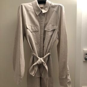 """Mærket """"Trend """" Utrolig behagelig Skjortejakke med krave, aftagelig bindebælte og skjult knaplukning, 2 brystlommer Lidt Safari ( Out of Africa ) over jakke skjorten i materialerne :bomuld, viskose & hør i str40"""