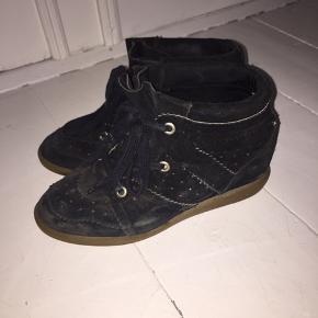 Sælger mine Isabel Marant Bobby sneakers. De er str 41, men kan passes af en 40. De er godt brugte, men stadig i god stand. Der er tydelige tegn på slid på sålen, men der skal bare en ny i. Skriv PB for flere billeder. BYD.