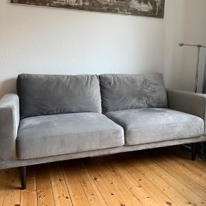 Sælger denne 3 personers sofa fra ILVA, den  er ca. 5 måneder gammel og fremstår så god som ny. Skriv for flere billeder.  Nypris er 5000kr  Er åben for bud Mål:  H: 87cm L: 201cm D: 89cm