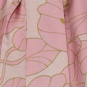 Spritny top fra Karmamia, modellen eloise top i farven gardenia blush. I butikkerne nu til 1000kr.  Jeg har kun haft toppen på én gang i få timer, men var så uheldig at ridse den på et ru plankebord. Derfor er der gået nogle tråde i vestre side på fronten. Man ser det virkelig ikke, når man har toppen på, men jeg vil selvfølgelig nævne det og har sat standen som slidt pga disse tråde. Jeg har indsat to billeder, hvor jeg har forsøgets tage billede af trådene.   Toppen er str l/xl, og passer alt fra str 38-46.  Bytter ikke.