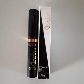 Giordani stay on lip stylo 1,65g.  Farve Plum.  Den har fået et mærke, se billede 2 og 3.  Hentes i Roskilde eller sender med DAO mod betaling af fragt.