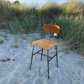 Højdejusterbar stol i råt industrielt look. Pris 998,-