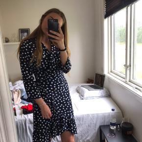 Prikket slå om kjole fra Object Str. 36 Aldrigt brugt, så som ny Køber betaler fragt Mp 250 kr.