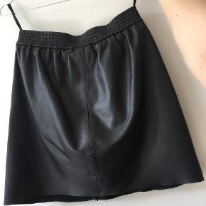 SKINDNEDERDEL FRA SECOND FEMALE I GOD STAND   Sort lækker skindnederdel fra Second Female i god stand. Nederdelen er brugt i begrænset omfang, og derfor er nederdelen i fin stand uden store ridser/mærker i læderet. Der er få steder med små brugsspor hvis man kigger godt efter. På indersiden af nederdelen er der et lækkert, blødt satin-agtigt stof, der gør nederdelen behagelig at have på. Nypris 1200 kr. Kom med et bud.  Str. xs. Ægte læder.