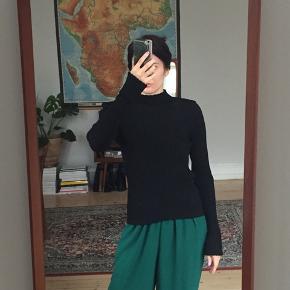Sort rib trøje fra H&M med skulderpuder. Brugt få gange. Str. 36.