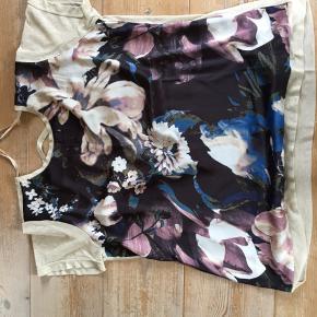Super sød og feminin bluse med lidt bar ryg. Materiale viskose, metal fiber (ryggen guld) samt polyester