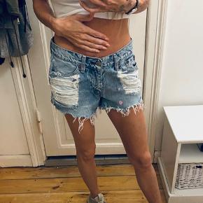 Fede demin shorts i slidt look med huller. De er for store til mig da jeg bruge XS. Passes nok af både S og M. Str 30 i livet