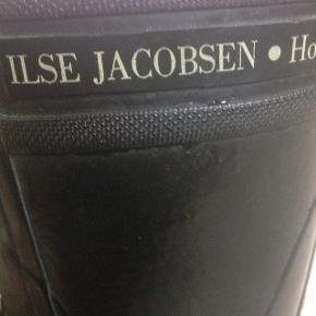 De lækreste Ilse Jakobsen regnstøvler! Dejligt bløde at gå i, og rigtigt god stand. Kan faktisk også bruges som vinterfodtøj :)  Størrelse 37, men de er som en str. 38.  (Jeg bruger selv 38 og passer dem perfekt)   3/4 del lange.   Afhentes på Frederiksberg