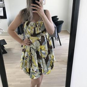 Super fed kjole i fedt print. God til sommerens fester - evt. til bryllup eller konfirmation.   Den er fra Paris, og jeg kan desværre ikke passe den ordentlig mere, derfor jeg sælger den.