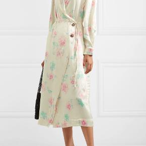 """Off-white Ganni kjole i perfekt stand.  """"Floral print satin wrap dress"""" Købt for 3000 kr."""