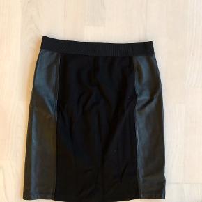 Ægte skind på siderne af nederdelen