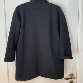 96% polyester, 4% elastan.  3/4 ærmer med lille opsmøg. Blazer-lignende udtryk.  Kan afhentes på Frederiksberg.