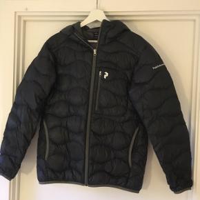 Mørkeblå peak performence tynd dun jakke str l sælges. Den har fået lapper flere steder på ærmet og har flere steder syninger. Men gjort pænt. Sælges derfor billigt