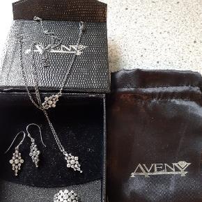 Sæt i ægte sølv: øreringe, armbånd, halskæde og ring. Ring mangler en lille sten. Kan ikke ses. Mængderabat gives.