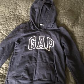 Sælger min mørkeblå hoodie fra GAP med hvid skrift