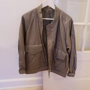 Super fin jakke fra Filippa K, str S. Brugt ca 10 gange - 2699 fra ny :-)
