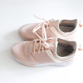 Velholdte NB sneakers. Har ingen pletter eller slid på stoffet. Virkelig dejlige lette at have på.