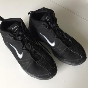 Super fede Nike air sko. str 42. Ikke brugt ret meget. Mangler desværre sålerne - de er desværre forsvundet for mig😏 derfor den lave pris. Fra ikke rygerhjem.  BYD gerne - og ja jeg sender selvfølgelig