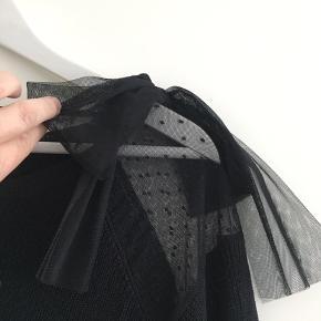 Fin bluse med detalje og feminin sløjfe på skulder (kan fjernes) aldrig brugt  Alm i str. Sendes på købers regning