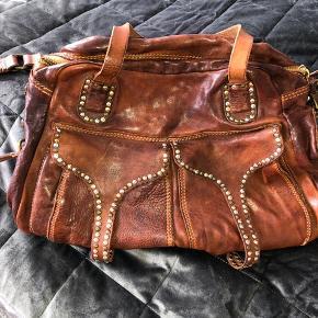Sælger min smukke Campomaggi taske  Den er brugt højt 5 gange og fremstår derfor uden brugsspor.  Nypris 3500 kr