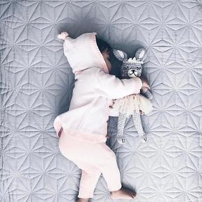 Sælger disse flotte og elegante tæpper fra Cam Cam. En i grå og en i mint ☺️  Tæppet er lavet af 100% økologisk bomuld. Det er derfor ekstra lækkert og af god kvalitet.  Det er perfekt som sengetæppe til baby eller som picnic /legetæppe på børneværelset.   Mål: 120x120cm  Tæppet er aldrig brugt og er stadigvæk indpakket. Nypris var 629 og kan stadigvæk købes.