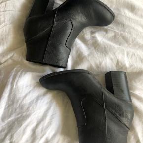 Næsten aldrig brugt. Lækre sko, i god stand.