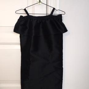 Sort Little Remix kjole i str. 14 ( Lidt lille i størrelsen)   Brugt en enkel gang, og er som ny.