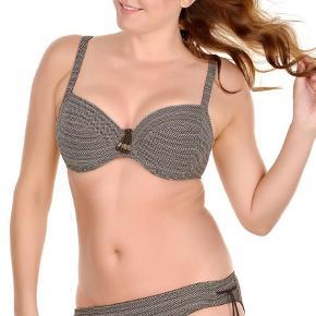 Gudesmuk og fantastisk velsiddende bikini.  Overdelen er en str. 85E Trussen er str. 44  Brugt et par gange.