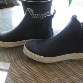 Lave gummistøvler fra Unit str 37.Kun brugt få gange. Se også mine flere end 100 andre annoncer med bla. dame-herre-børne og fodtøj