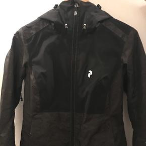 Sælger denne Peak Performance ski jakke i str. S. Jakken er sort og mørk camo grøn. Jakken reflektere når den lyses på i mørke, hvilket er en super fed feature. Jakken er let foret og har to indvendige lommer samt en snowstopper. Jakken er som ny! Jakken koster 1700 fra ny.