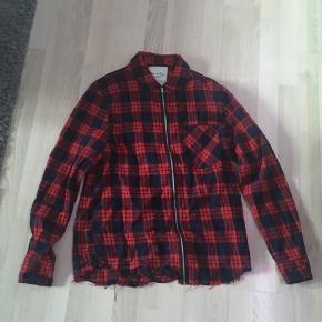 Jeg sælger denne Troublemaker skjorte for min kæreste. Det er en størrelse L. Vi har ingen fast pris, så endelig bare byd :)
