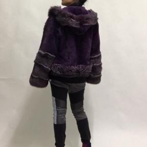 Flot varm meget feminin lilla pels med hætte. Størrelsen er L, men jeg er en størrelse S, som man kan se på billederne.