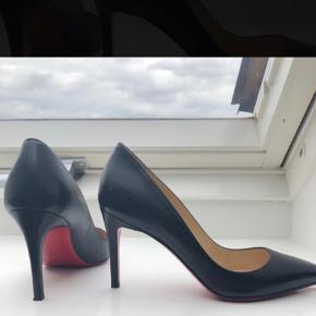 Flot sko,  pigalle 85, brugt 1 engang. Der er desværre et lille hak på venstre hæl, se billedet... meget lille... forsålen er forsålet... se billedet... de er forsålet hos Hælebaren City i Kbh, anbefalet af CL... Æske, dustbag... medfølger Bytter ikke  Ved ts salg betales gebyr...